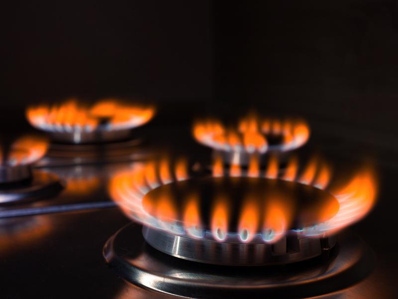 Rekomenduojamos smalkių detektorių montavimo vietos  Anglies monoksidas (smalkės) susidaro dėl nepilnai sudegusio kieto (akmens anglies, medienos), skysto bei dujinio kuro. Potencialiais smalkių šaltiniais laikomi dujiniai šildymo įrenginiai, malkomis, akmens anglimi, skystu kuru kūrenamos krosnelės, mobilūs dujiniai ir skysto kuro šildytuvai, židiniai, krosnys, dujinės bei anglies viryklės ir kiti panašūs įrenginiai.  Smalkių detektorius rekomenduojama montuoti virtuvėje, svetainės ir miegamuosiuose kambariuose, rūsiuose, palėpėse ir kitose vietose, kur yra naudojami įrenginiai galintys būti anglies monoksido atsiradimo priežastimi.